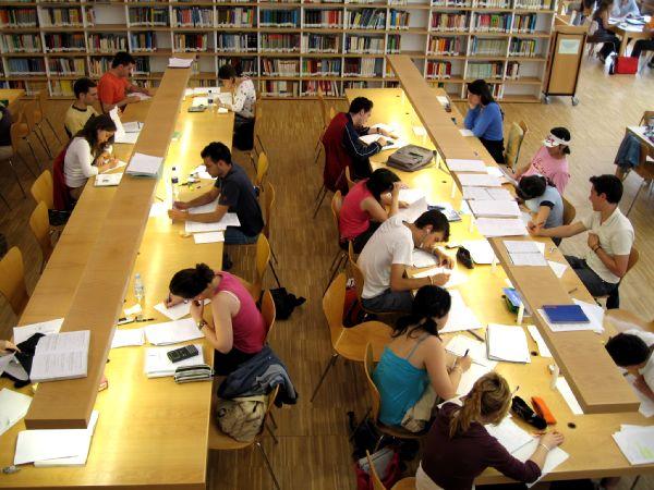 universitarios en biblioteca